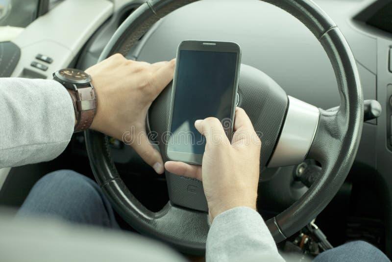 Uso del teléfono móvil en el coche imagen de archivo