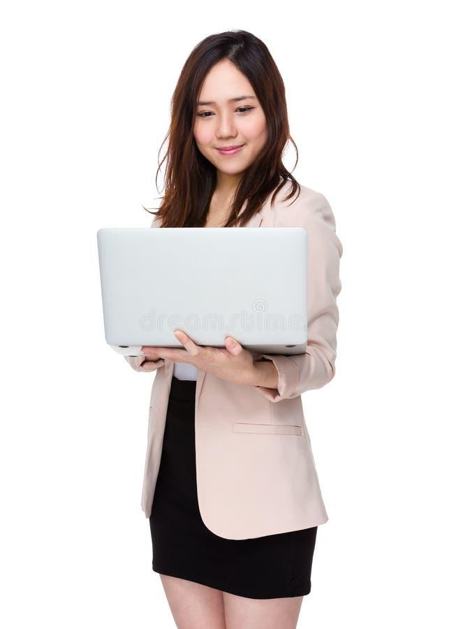 Download Uso Della Donna Di Affari Del Computer Portatile Fotografia Stock - Immagine di gestore, commercio: 55356708