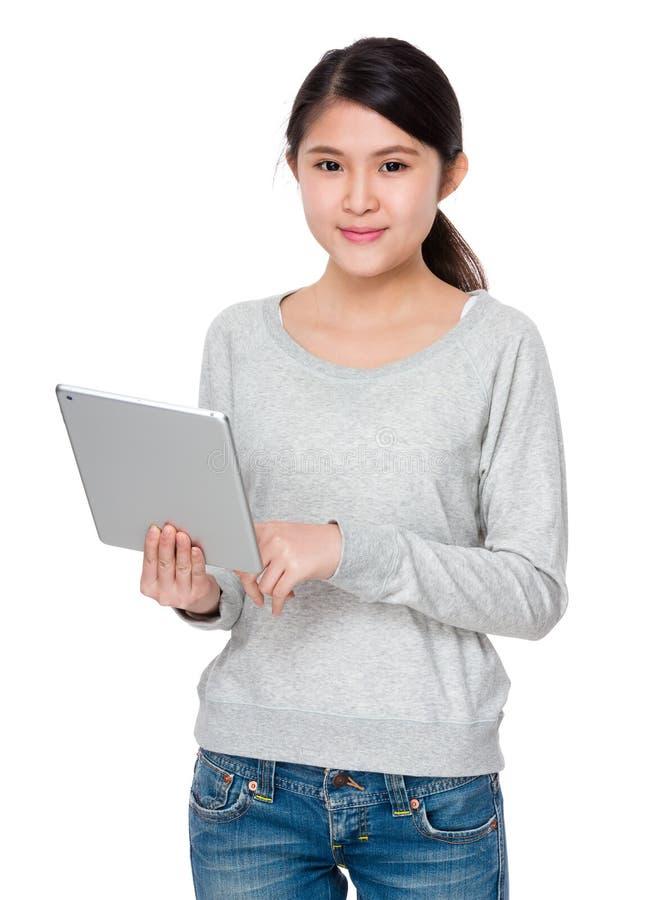 Uso della giovane signora del computer portatile immagine stock libera da diritti