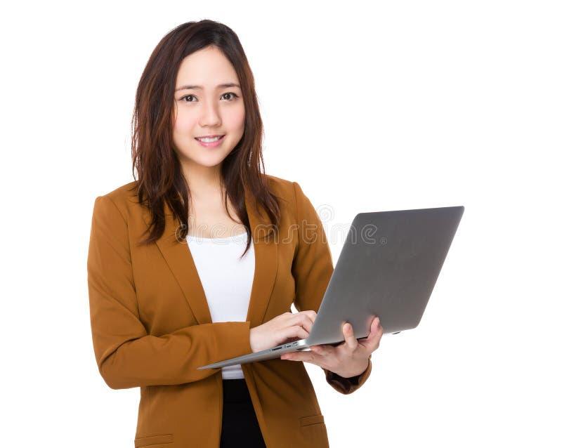 Uso di Buisnesswoman dell'asiatico del computer portatile fotografie stock