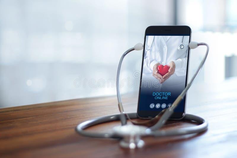 Uso do estetoscópio com smartphone, Doutor através da tela do telefone, verifique a saúde Consulta médica online, medicina online fotografia de stock royalty free