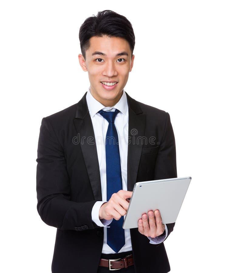 Uso do homem de negócios da tabuleta digital imagem de stock
