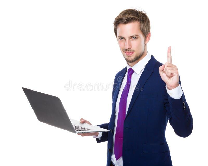 Uso do homem de negócios do caderno e do dedo acima imagens de stock