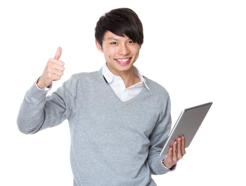 Uso do homem de negócios do PC e do polegar da tabuleta acima fotografia de stock