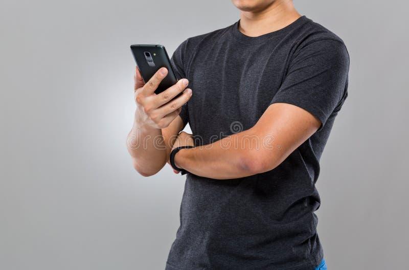 Uso do homem do telefone celular imagens de stock royalty free