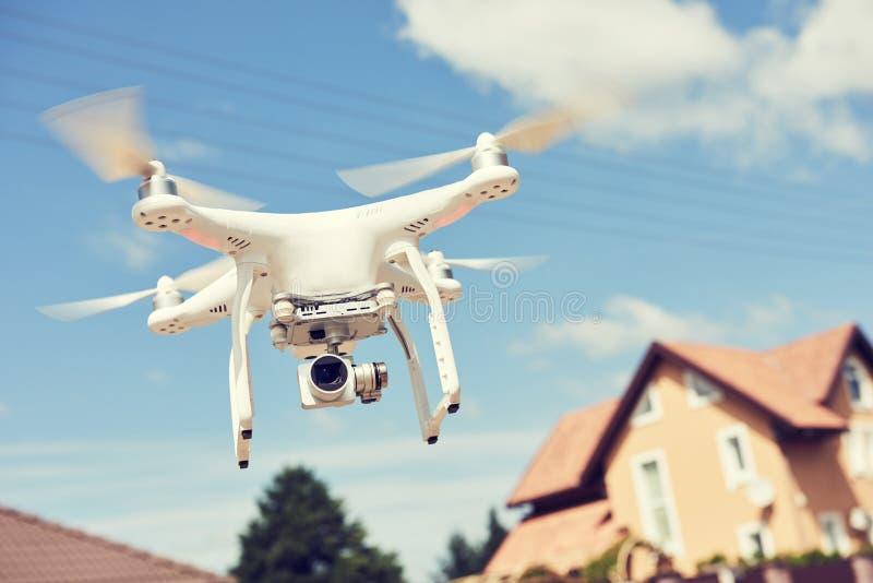Uso do zangão proteção da propriedade privada ou verificação dos bens imobiliários imagens de stock