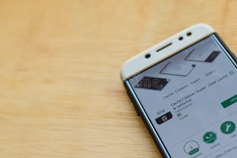 Uso estupendo del revelador del limpiador del escondrijo en la pantalla de Smartphone El escondrijo y Optimize claros es explorad fotos de archivo