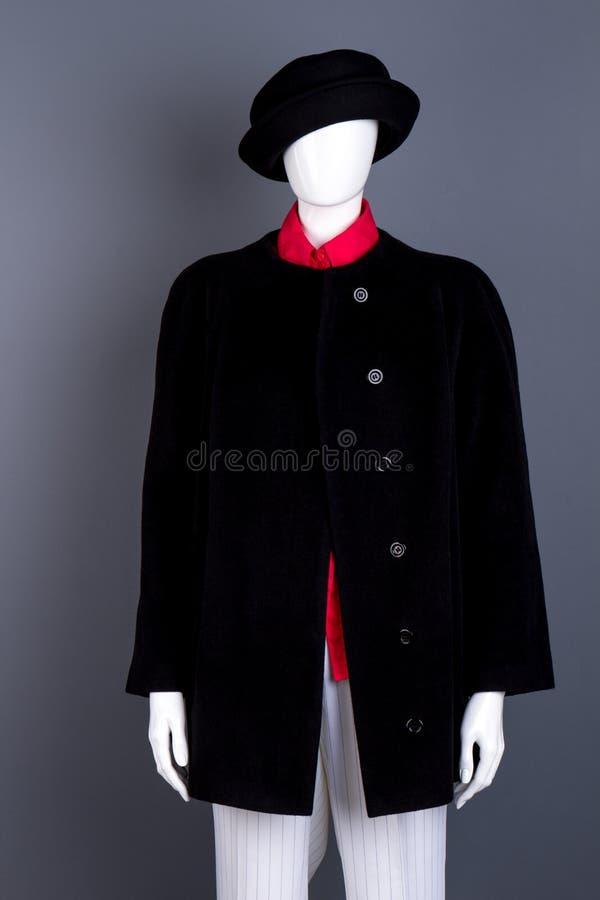 Uso femminile del manichino black hat e cappotto fotografia stock libera da diritti