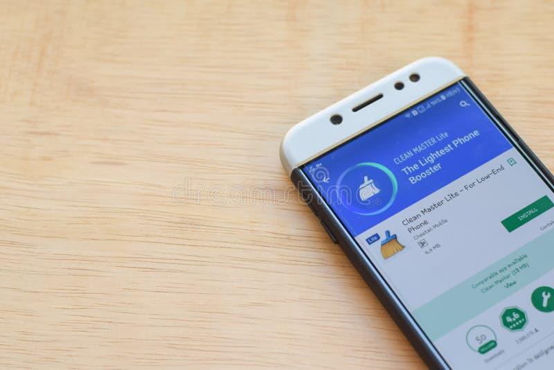 Uso limpio del revelador de Lite del amo en la pantalla de Smartphone Para el teléfono inferior es un explorador Web del freeware imagenes de archivo