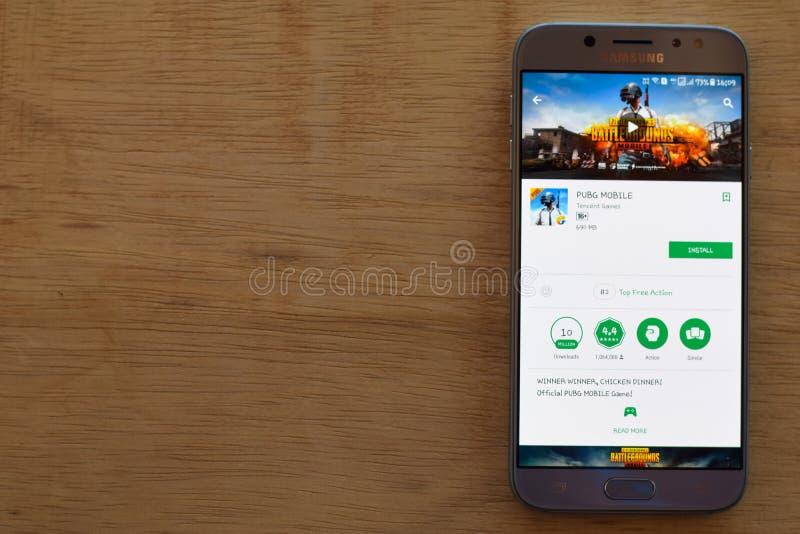 Uso MÓVIL del revelador de PUBG en la pantalla de Smartphone El MÓVIL de PUBG es una web del freeware imagen de archivo libre de regalías