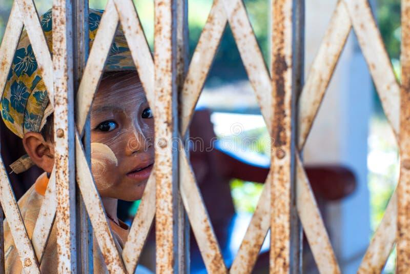 Uso não identificado da criança de Tanaka, uma pasta cosmética burmese tradicional feita da casca à terra da árvore do thanaka imagens de stock royalty free