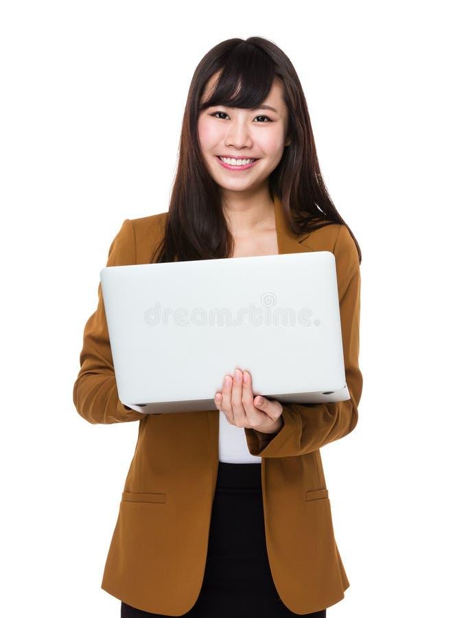 Uso novo asiático da mulher de negócios do laptop fotos de stock
