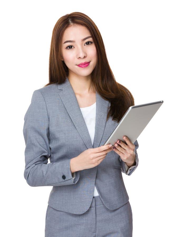 Uso novo asiático da mulher de negócios do PC da tabuleta imagens de stock royalty free