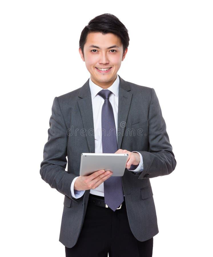 Uso novo asiático do homem de negócios do PC da tabuleta fotografia de stock