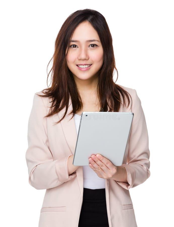 Uso novo da mulher de negócios da tabuleta digital fotografia de stock