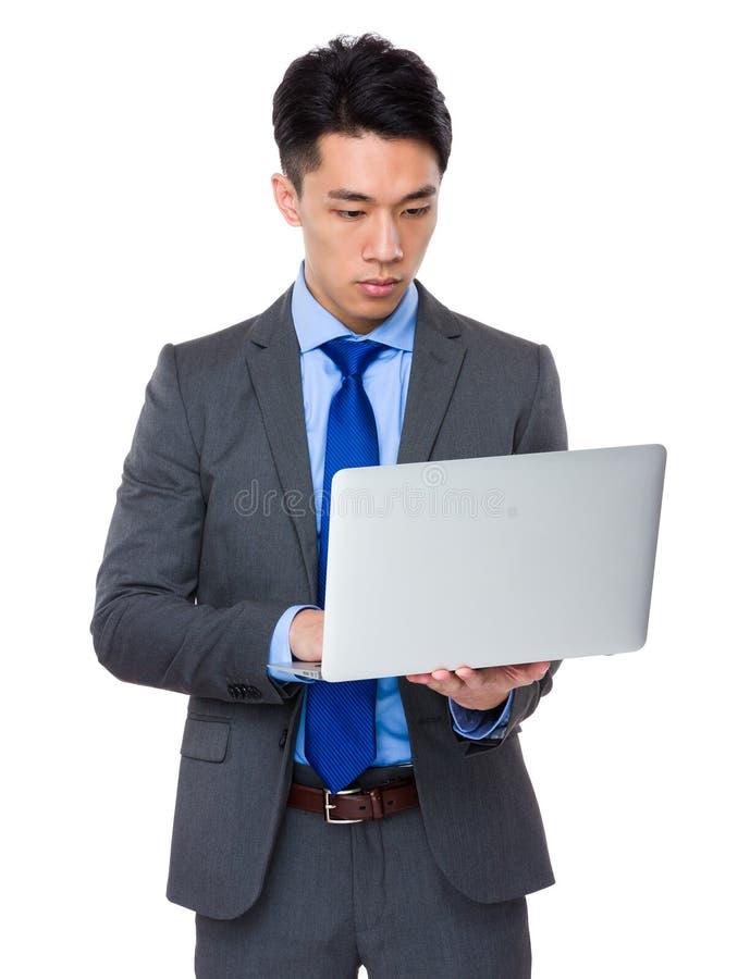 Uso novo do homem de negócios do laptop foto de stock royalty free