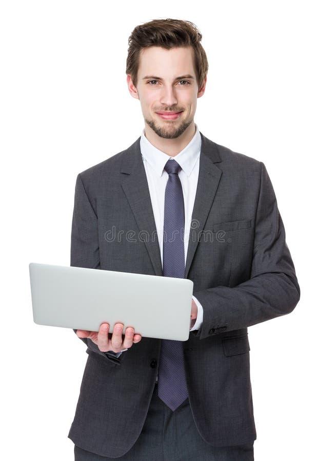 Uso novo do homem de negócios do laptop fotografia de stock royalty free