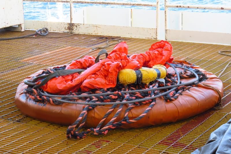 Uso personale del canestro in petrolio marino e gas che sollevano dal gruista per il trasferimento immagine stock