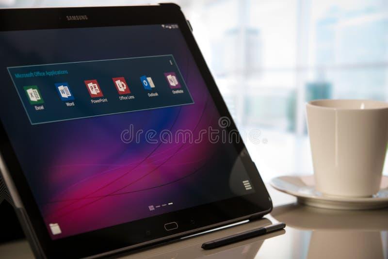Usos de Microsoft Office en la tableta de Samsung con Android imagen de archivo libre de regalías