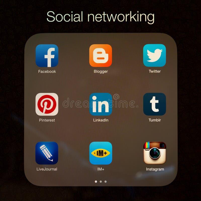 Usos sociales del establecimiento de una red en la exhibición del iPad de Apple foto de archivo