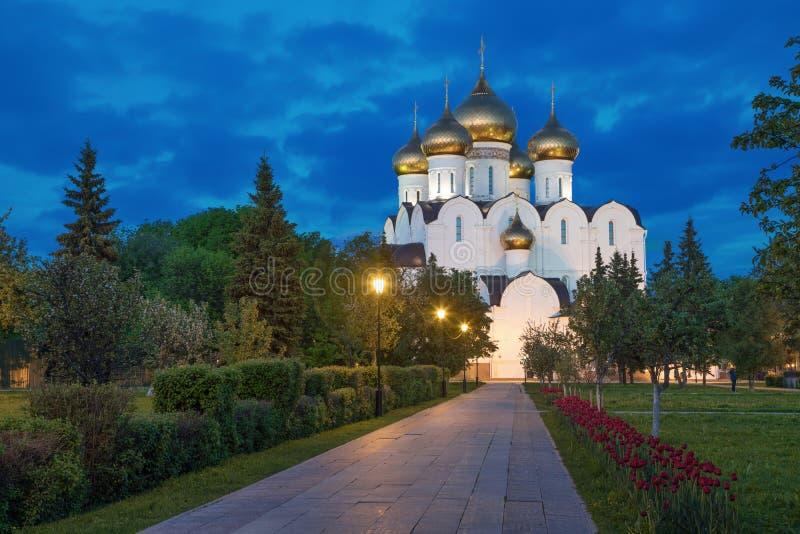Uspenskiy大教堂在晚上,雅罗斯拉夫尔市 库存照片