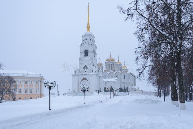 Uspensky domkyrka i Vladimir i vintern - en utstående monument av vit-sten arkitektur av Ryssland royaltyfri fotografi