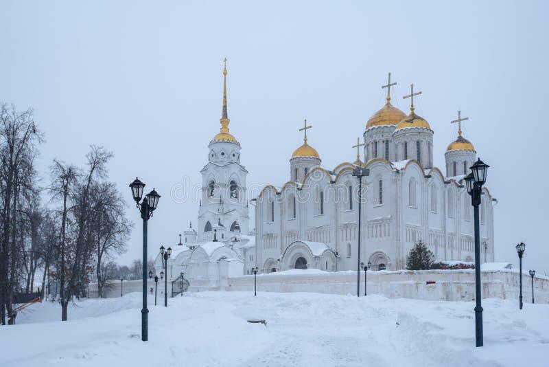 Uspenskykathedraal in Vladimir in de winter - een opmerkelijk monument van wit-stenen architectuur van Rusland royalty-vrije stock foto's