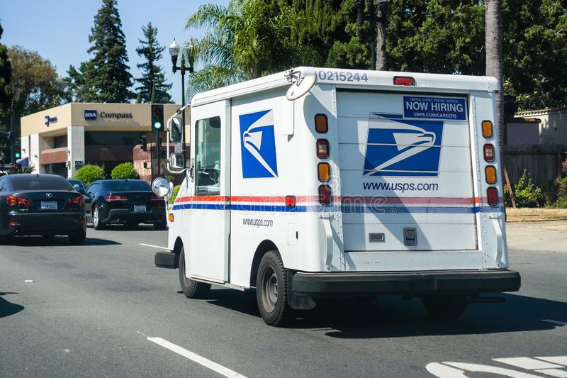 USPS车辆驾驶在一条拥挤的街上 免版税图库摄影