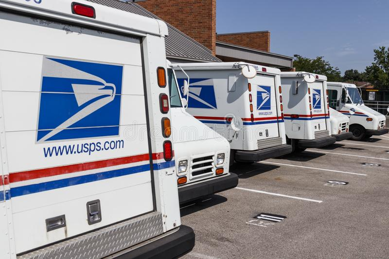 USPS-stolpe - kontorspostlastbilar Stolpen - kontoret ?r ansvarigt f?r att ge postleverans V arkivfoton