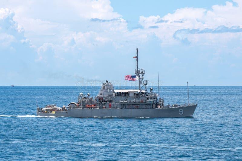 USS先驱MCM-9,美国海军的一艘复仇者班的水雷对抗措施船,风帆在克拉期间的海2019年 免版税库存图片