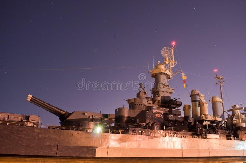 USS北卡罗来纳武库在晚上 图库摄影