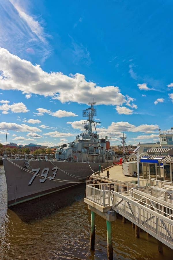 USS卡辛年轻人船停泊了在码头在波士顿 免版税库存照片