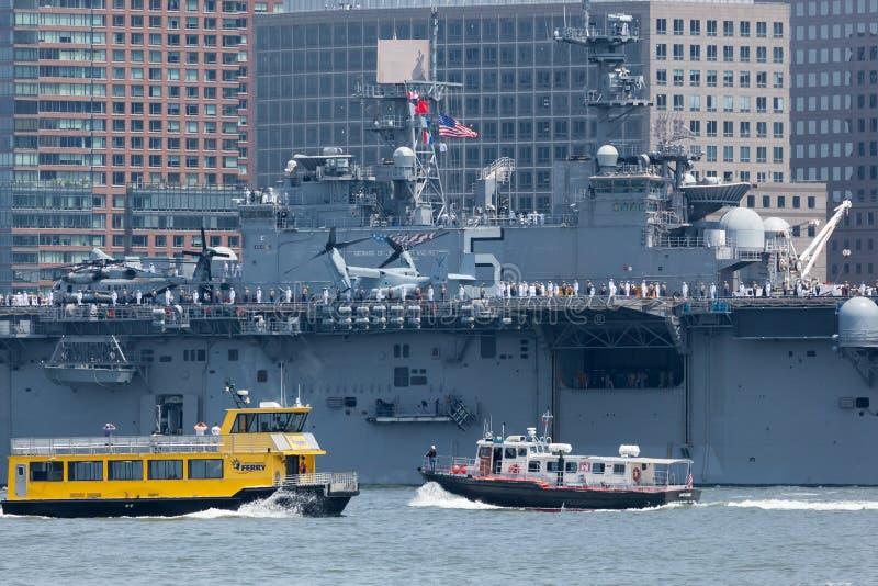 USS Bataan auf Hudson River lizenzfreie stockfotos