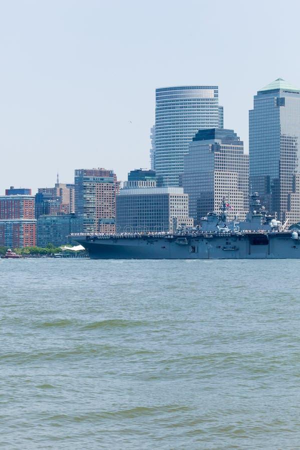 USS Bataan auf Hudson River lizenzfreies stockbild