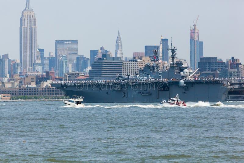 USS Bataan auf Hudson River stockfotos