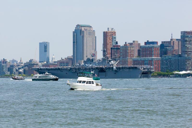 USS Bataan auf Hudson River stockbilder