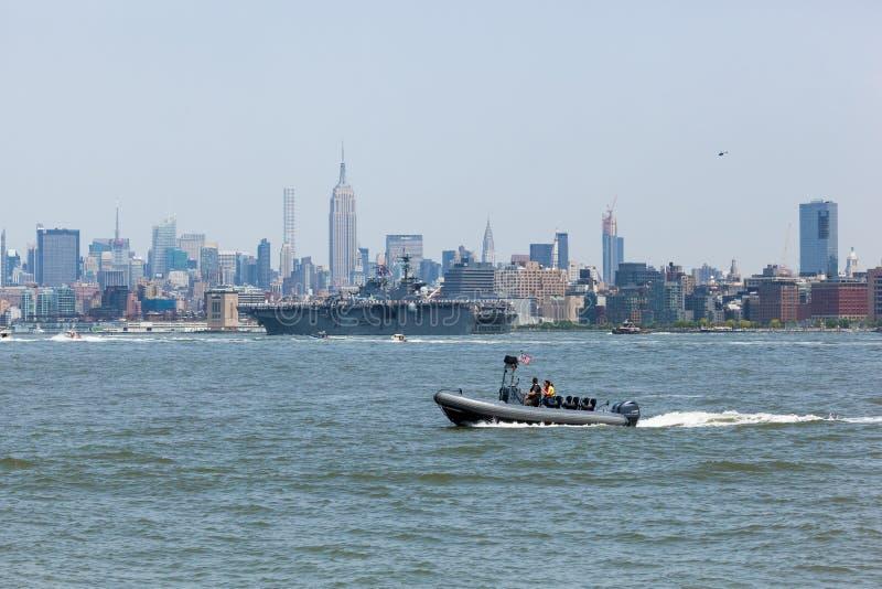 USS Bataan auf Hudson River lizenzfreies stockfoto