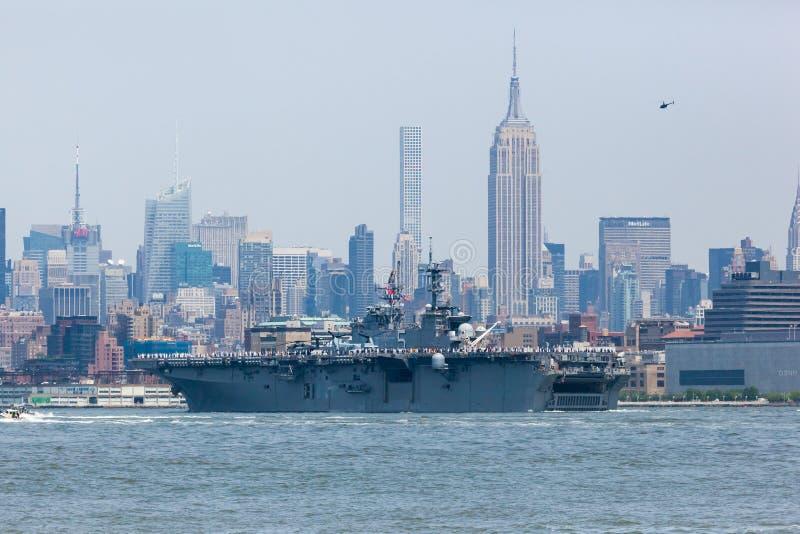 USS Bataan auf Hudson River lizenzfreie stockbilder