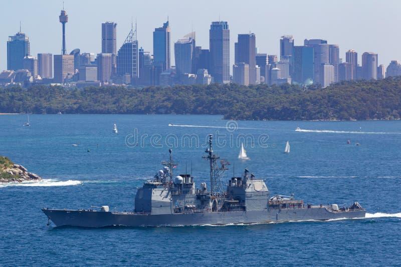 USS Chosin CG-65提康德罗加级引导导弹巡洋舰服务在美国海军离去的悉尼港口 库存照片