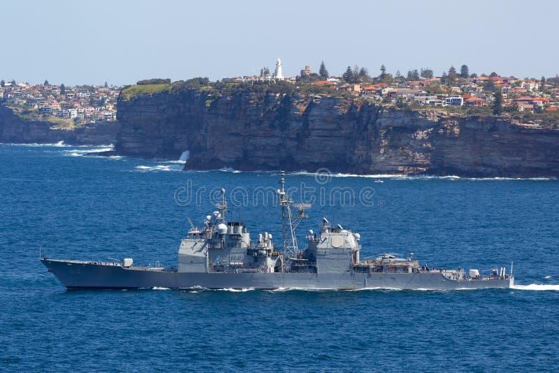 USS Chosin CG-65提康德罗加级引导导弹巡洋舰服务在美国海军离去的悉尼港口 免版税库存图片