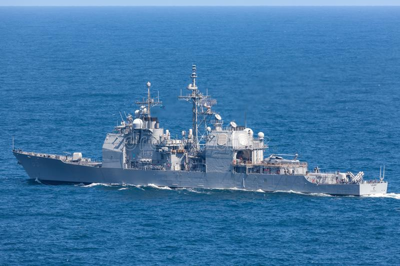 USS Chosin CG-65提康德罗加级引导导弹巡洋舰服务在美国海军离去的悉尼港口 免版税图库摄影
