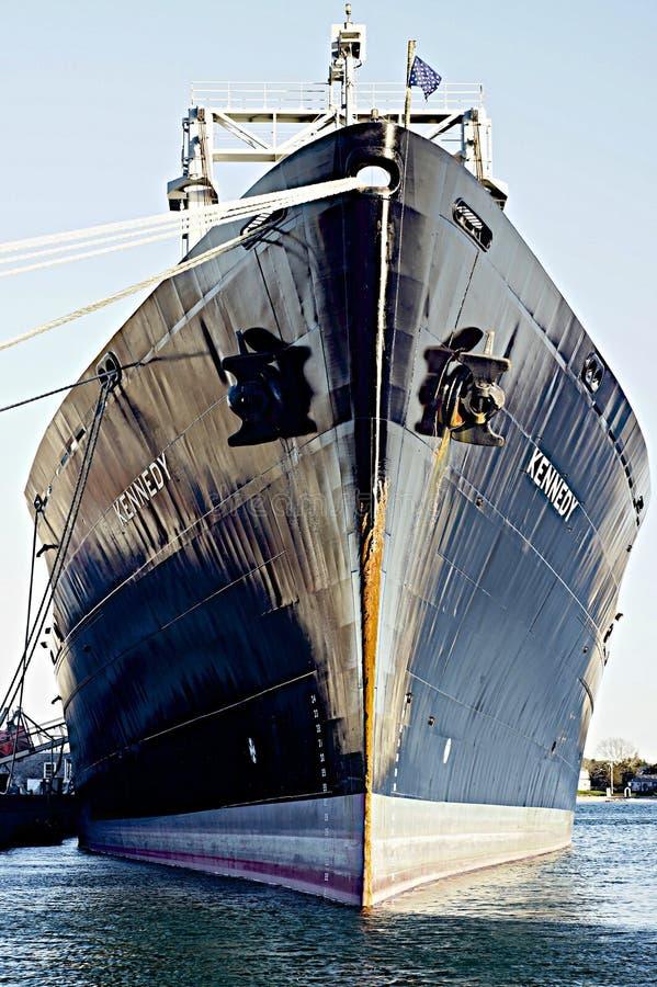 USS Kennedy en la academia marítima total imagenes de archivo