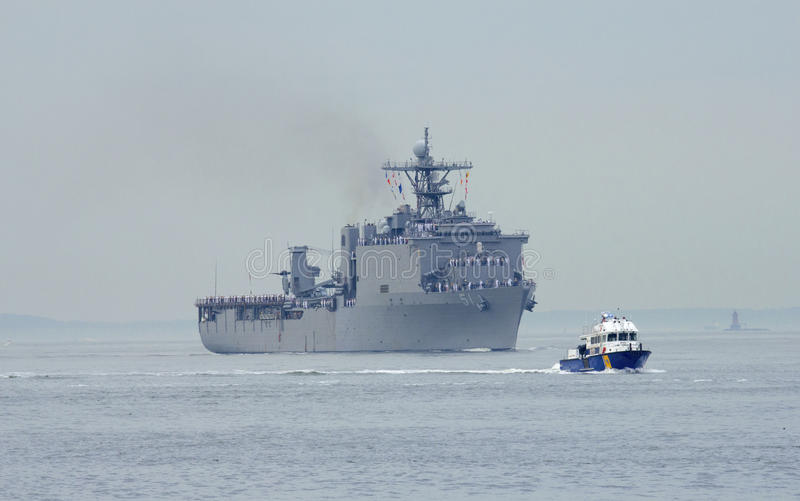 USS Oak Hill美国海军的坞式登陆舰艇在船期间游行的舰队星期2014年 库存照片