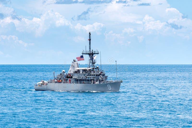 USS-Pionier MCM-9, ein Rächer-klassebergwerkgegenmaßnahmenschiff der Marine Vereinigter Staaten, Segel im Meer während KARAT 2019 lizenzfreies stockbild