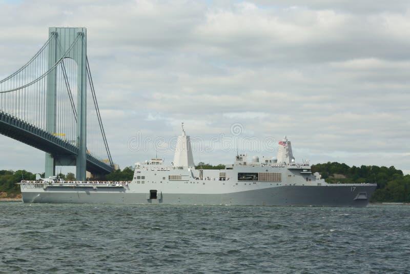 USS San Antonio προσγειώνομαι την αποβάθρα πλατφορμών του Ηνωμένου ναυτικού κατά τη διάρκεια της παρέλασης των σκαφών στην εβδομά στοκ φωτογραφίες με δικαίωμα ελεύθερης χρήσης