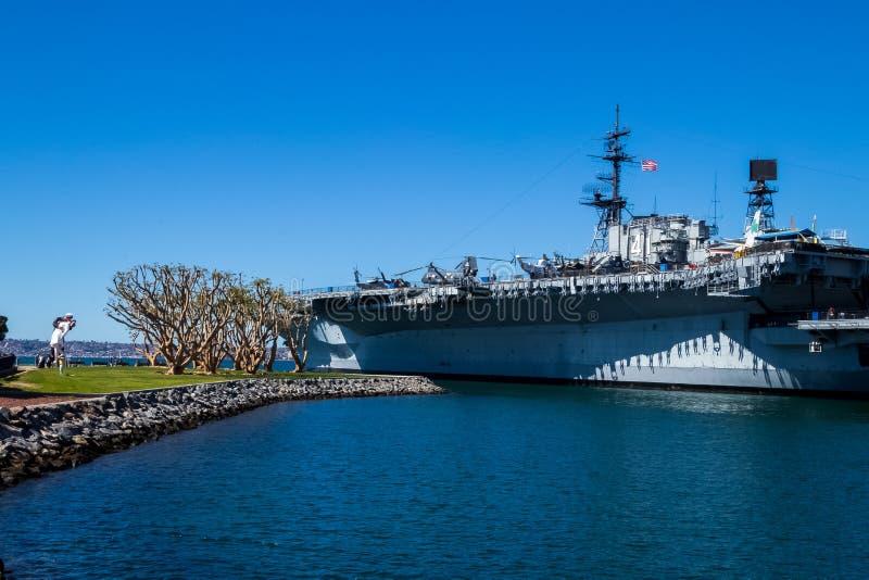 USS W połowie drogi, przechodzić na emeryturę statek wojenny, stojaki przy San Diego ukrywa na oceanie spokojnym zdjęcia royalty free