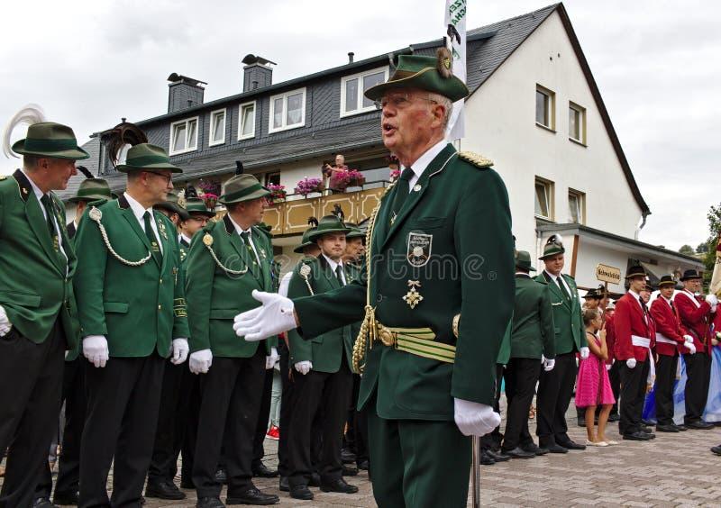 Usseln,德国- 2018年7月29日, -步枪俱乐部adresses的一名资深成员他的他们的traditi的俱乐部会员等级  库存图片