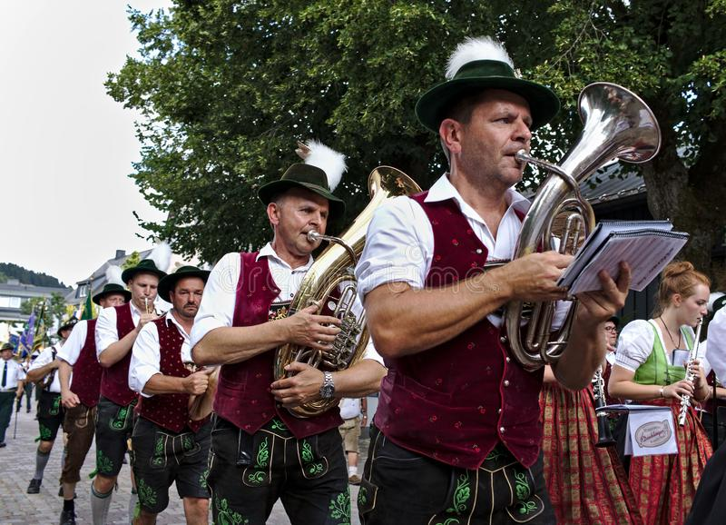 Usseln, Alemania - 30 de julio de 2018 - banda bávara en el vestido tradicional que toca los instrumentos de cobre en un desfile fotografía de archivo