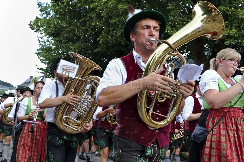 Usseln, Deutschland - 30. Juli 2018 - bayerische Blaskapelle im Trachtenkleid, das Messinginstrumente an einer Parade spielt lizenzfreies stockfoto