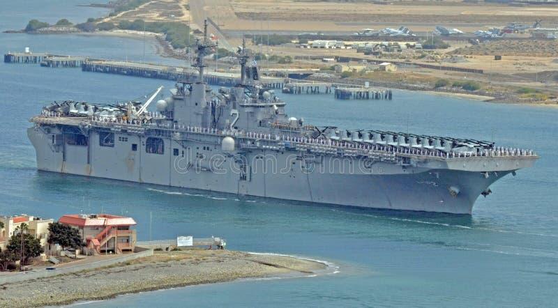 USSet Essex (LHD-2) som går på utplacering royaltyfri foto